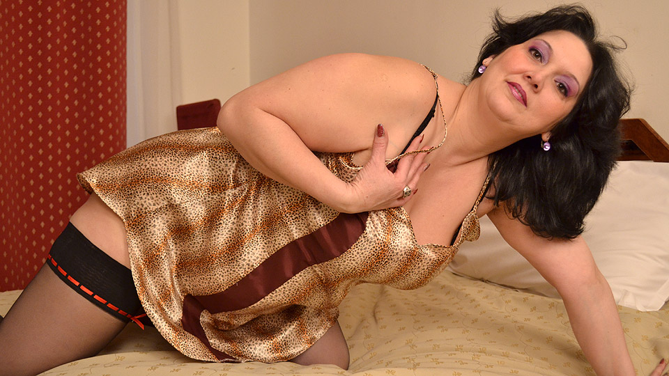 Chubby housewife loves to masturbate from Mature nl