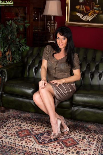 Curvy mature babe Danielle Leah Raven spread on the sofa. from Karupsow