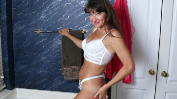 Cute American housewife getting wet in the bathtub from Mature nl