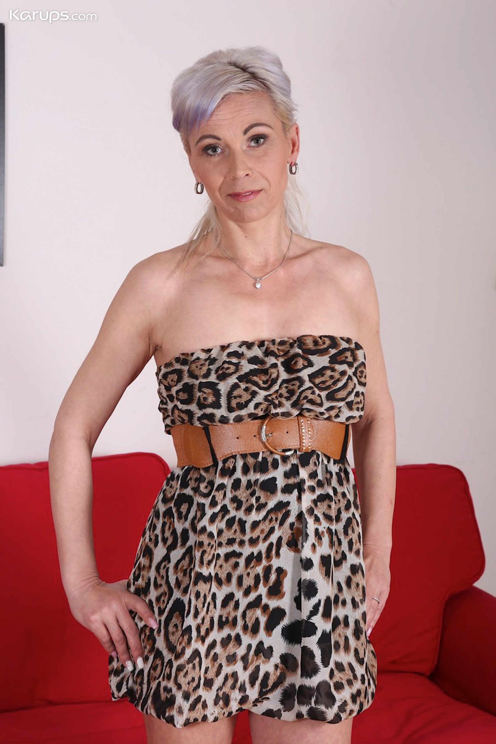 Grey haired mature babe Kathy White plays with her pussy. from Karupsow