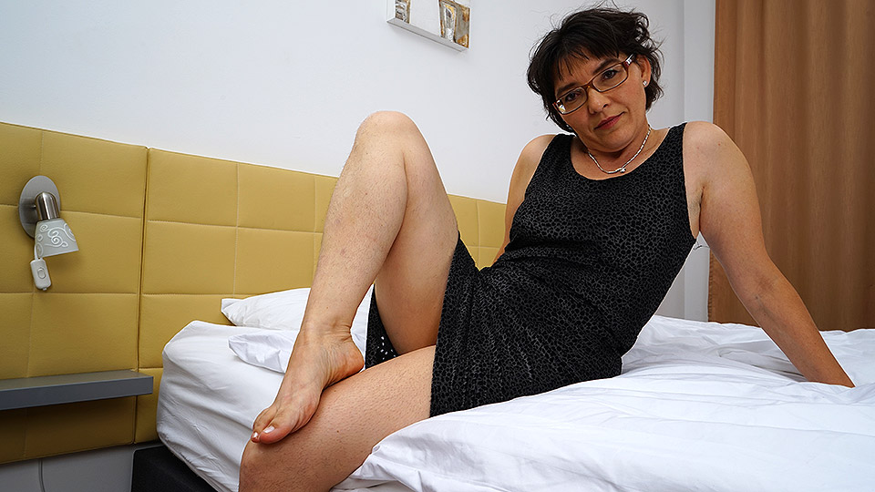 Hairy mature lady masturbating on her bed from Mature nl