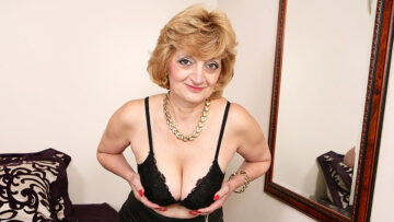 Horny British housewife playing with herself from Mature nl