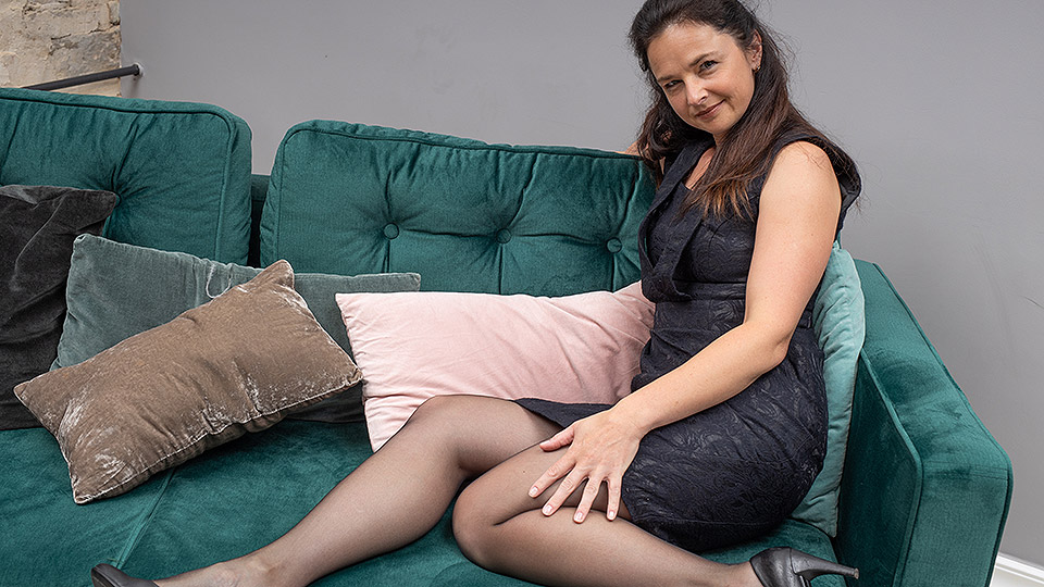 Horny housewife rips her pantyhose and fucks herself with her toy from Mature nl