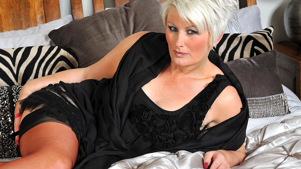 Horny mature Davina loves to get wet by herself from Mature nl
