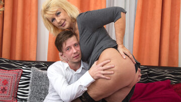 Horny mature slut sucking and fucking her toy boy from Mature nl