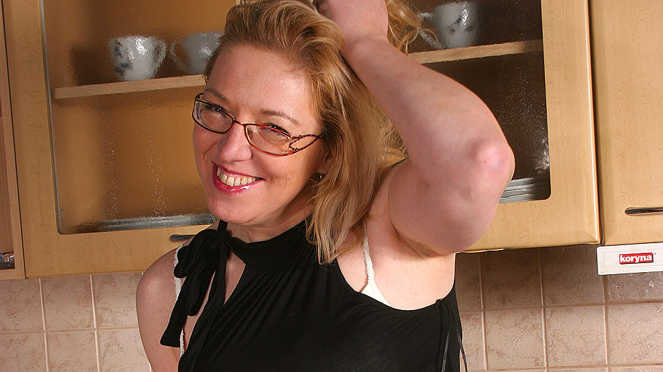 Housewife Jane loves to get wet in her kitchen from Mature nl