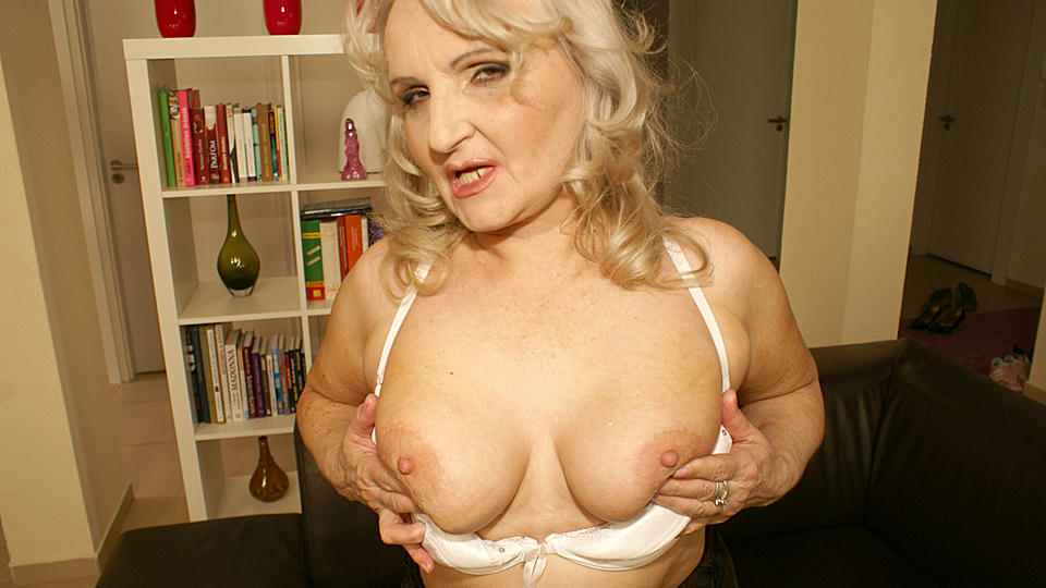 Kinky mama loves to play with herself from Mature nl