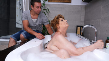 Mature BBW fucking and sucking her toy boy in bath from Mature nl