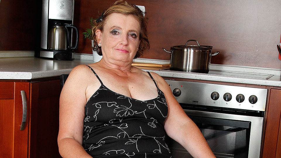 Naughty mature lady playing in the kitchen from Mature nl