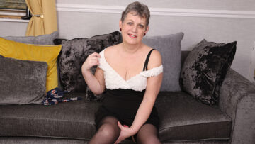 Naughty mature lady playing with her pussy from Mature nl