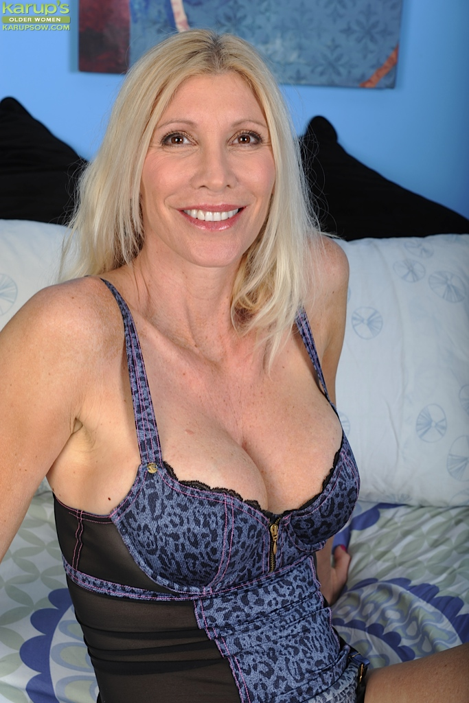 Older cougar Cameo exposes her big mature tits. from Karupsow