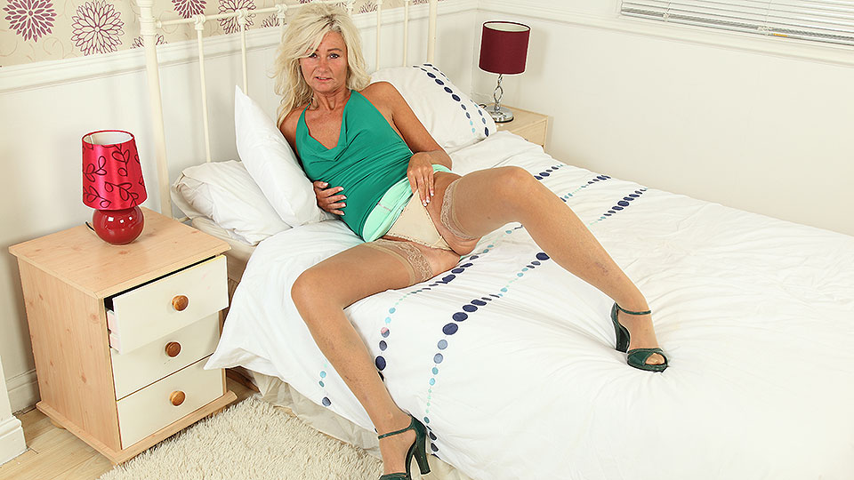 Sexy UK housewife playing with her toy from Mature nl