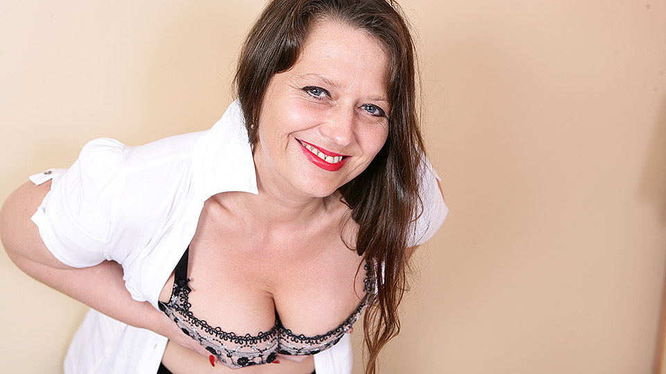 This hairy British housewife loves to play with her pussy from Mature nl