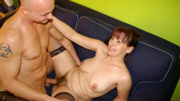 This horny mature slut gets a mouth full of cum from Mature nl