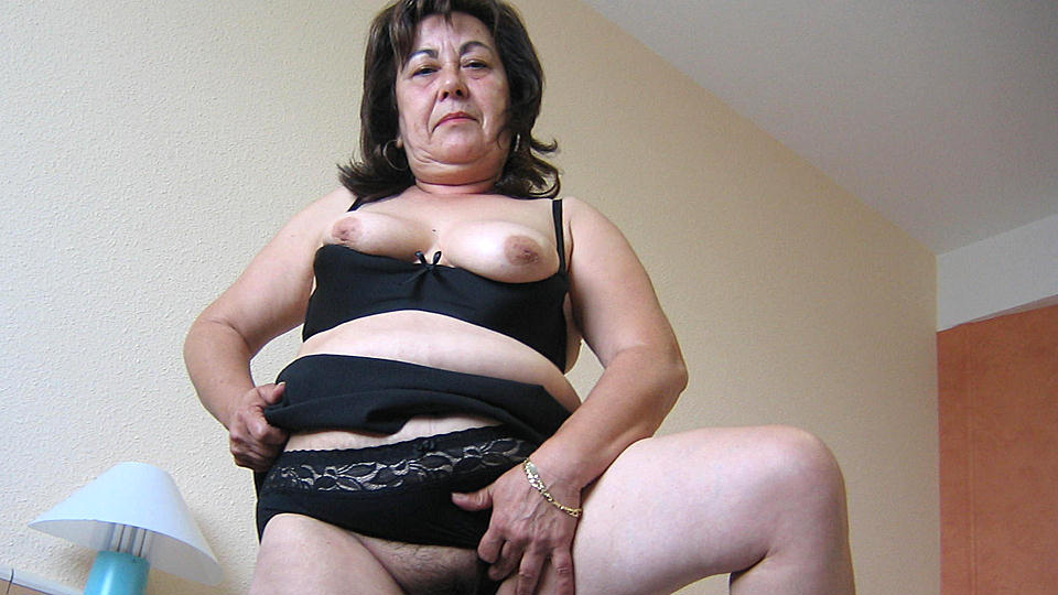 This hot mature mama loves to play with toys from Mature nl