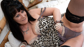 This kinky mature slut playing with herself from Mature nl